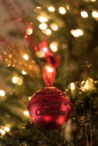 記得不要隨手拿報紙包起聖誕掛飾!